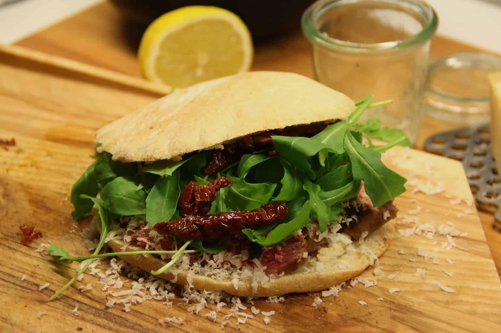 Sandwich mit Steak und Rucola