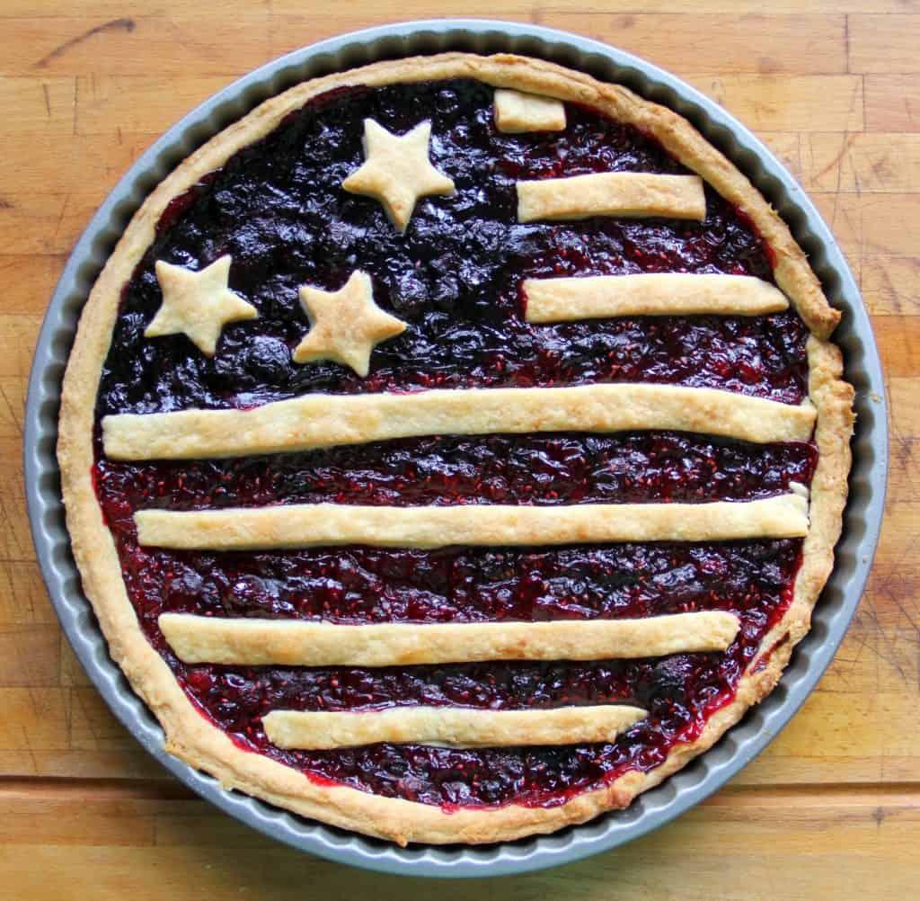 Rezept für eine Amerikan Flag Pie gefüllt mit Himbergrütze und Heidelbeergrütze