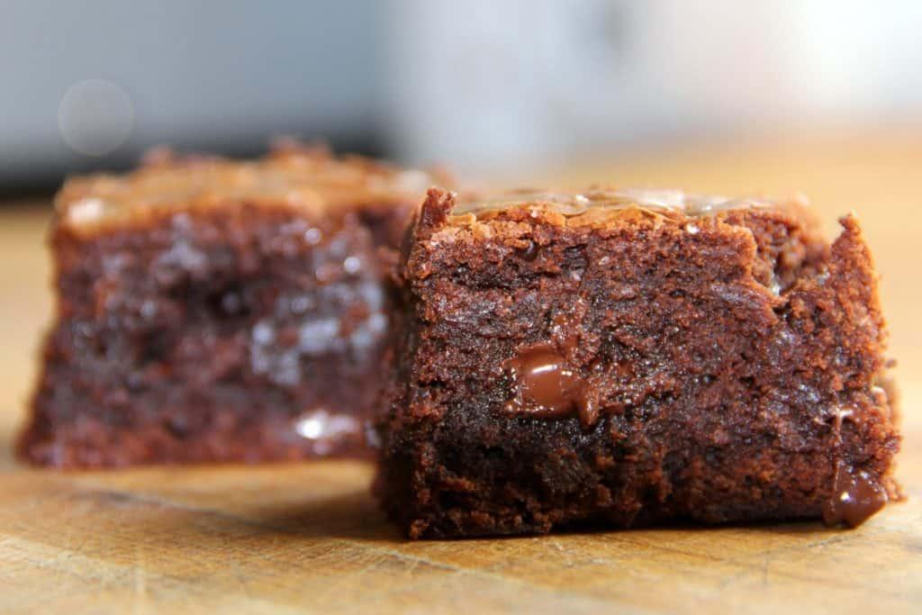 Rezept für Schoko-Brownies mit Schokostückchen