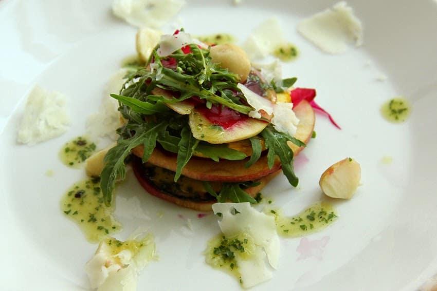 Rezept für einen sommerlichen Salat aus Zucchini, Roter Beete, Apfel und Rucola