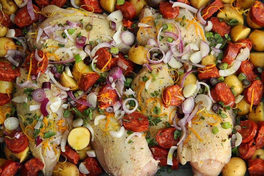 Ein Rezept von einem Bio-Huhn aus den Rohr mit Chorizo und Babyerdäfpel