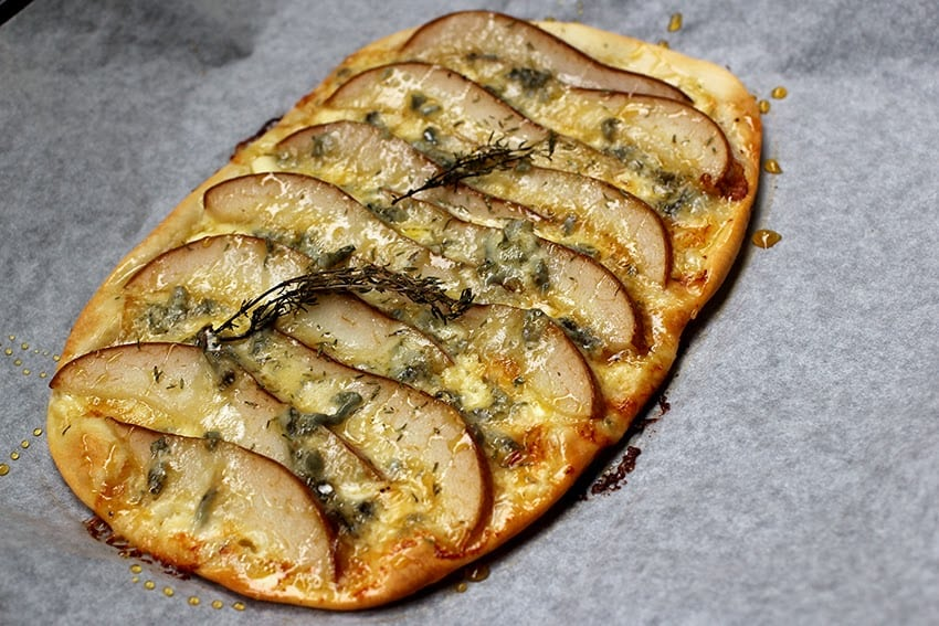 Rezept von einem Falmmkuchen mit Birne und Roquefort.