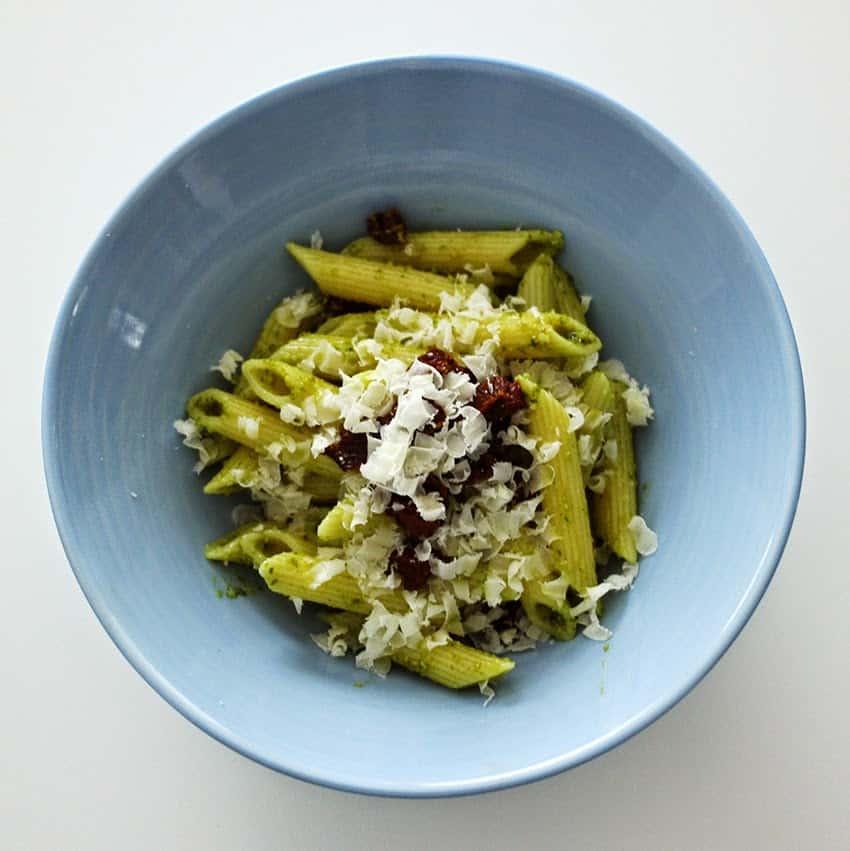 Rezept für einen Nudelsalat mit getrockneten Tomaten und Basilikum Pesto