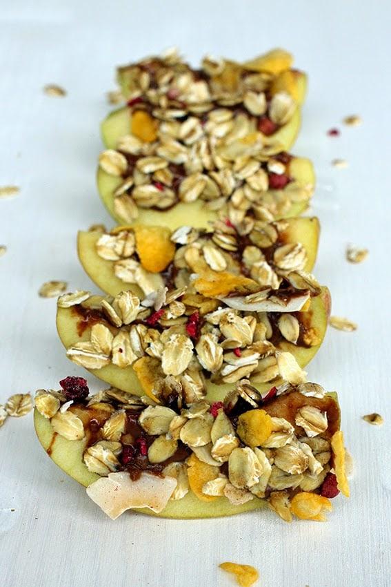 Rezept von Apfel-Stückchen in Schokolade und Müsli getunkt.