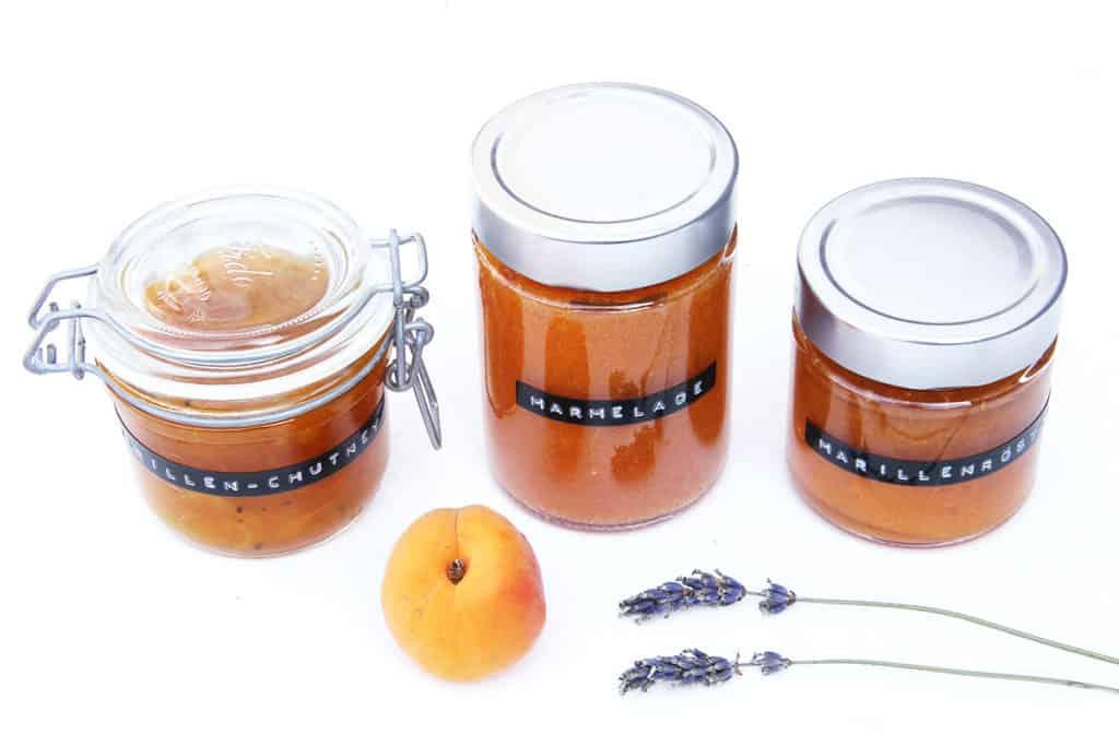 Gläser mit Marillenmarmelade, Marillenröster und Marillen-Chutney