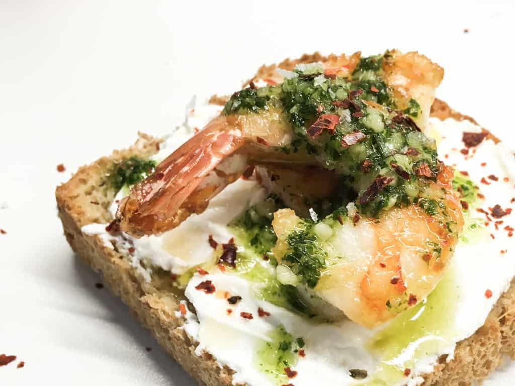 Bruschetta mit Grünkohlpesto und yuunmee Shrimps von SOAP|KITCHEN|STYLE.