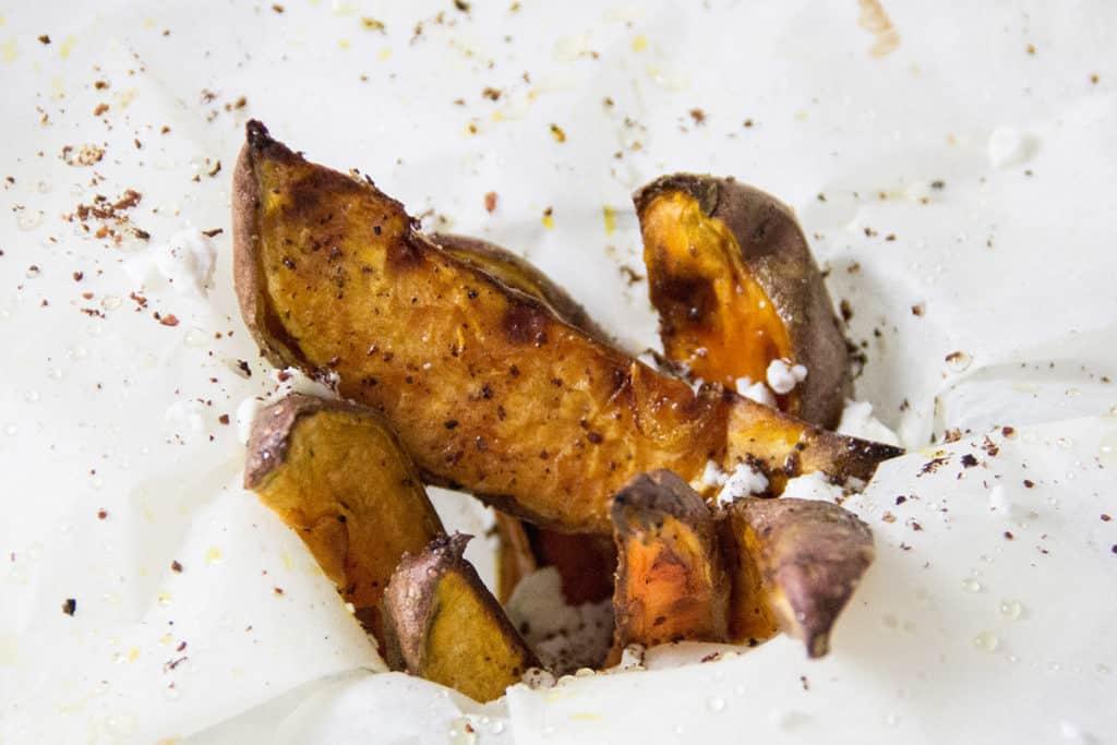 Süßkartoffelsticks aus dem Backofen mit Feta-Crumble.