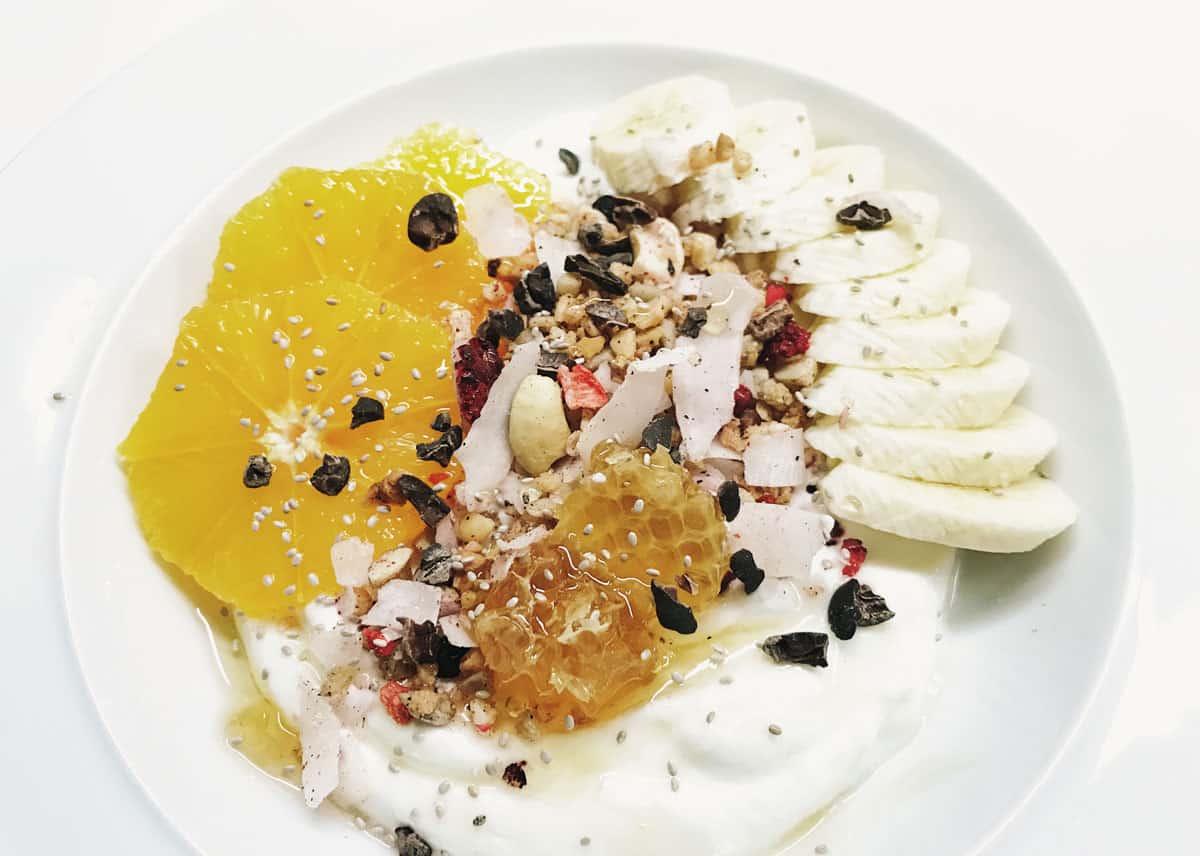 Joghurt mit Orangen und Granola