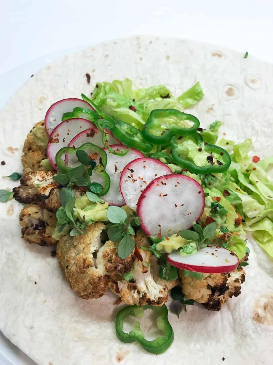 Taco mit geröstetem Karfiol und Avocadocreme